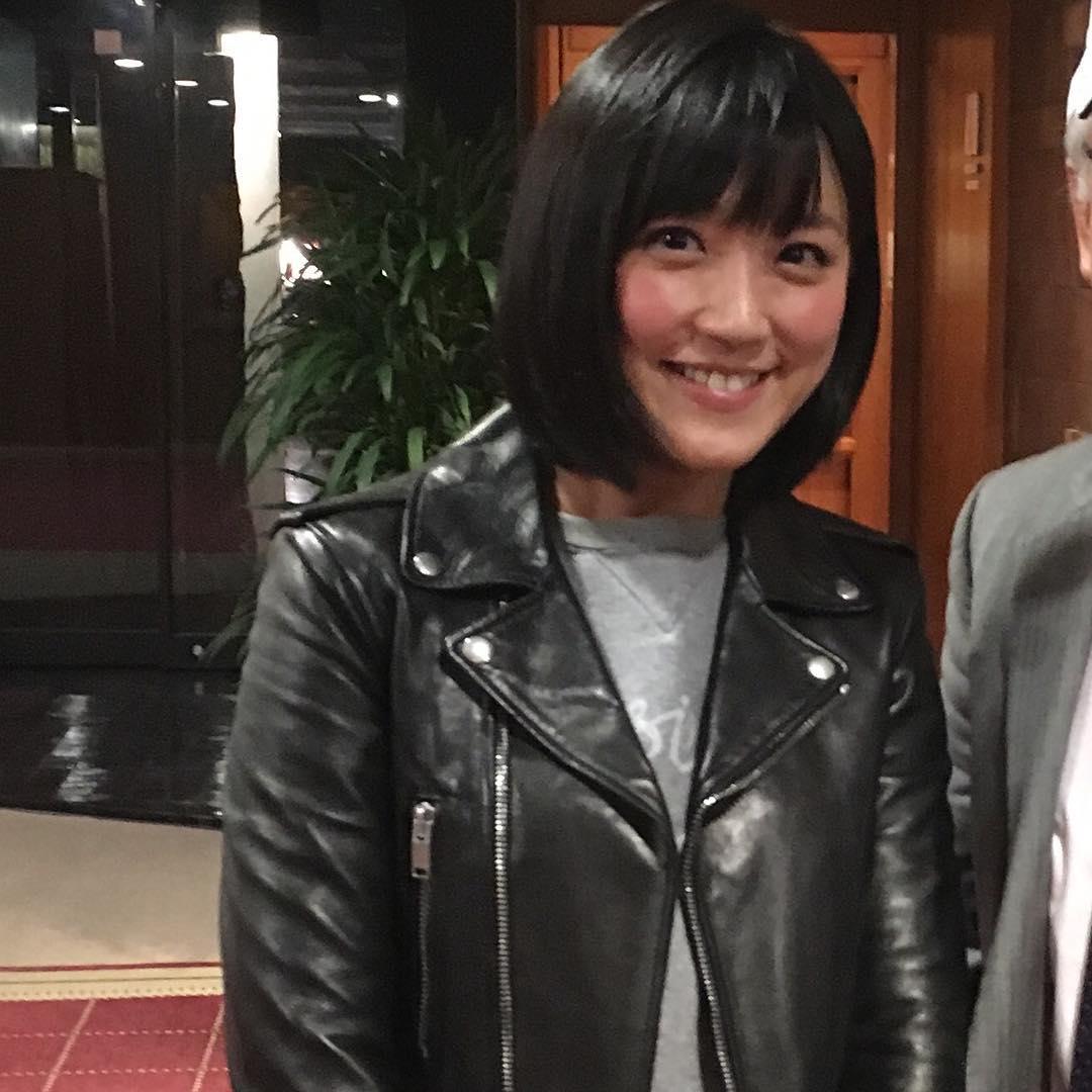 レザージャケットを着た竹内由恵