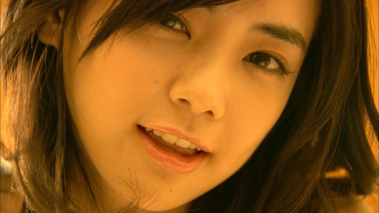 倉科カナのイメージビデオキャプチャ画像(ビキニの水着を着てベッドの上を転がる倉科カナ)