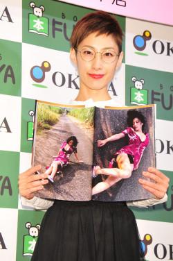 写真集『1262』の発売記念イベントを福家書店新宿サブナード店で行った佐藤寛子