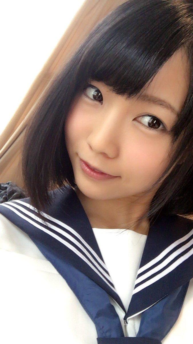 セーラー服を着た戸田真琴の自撮り画像