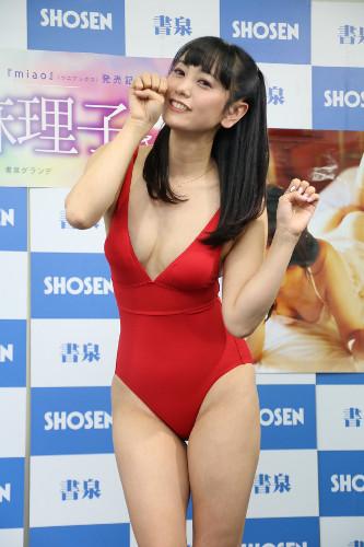 写真集「miao」の発売イベントに変態水着で登場した脊山麻理子