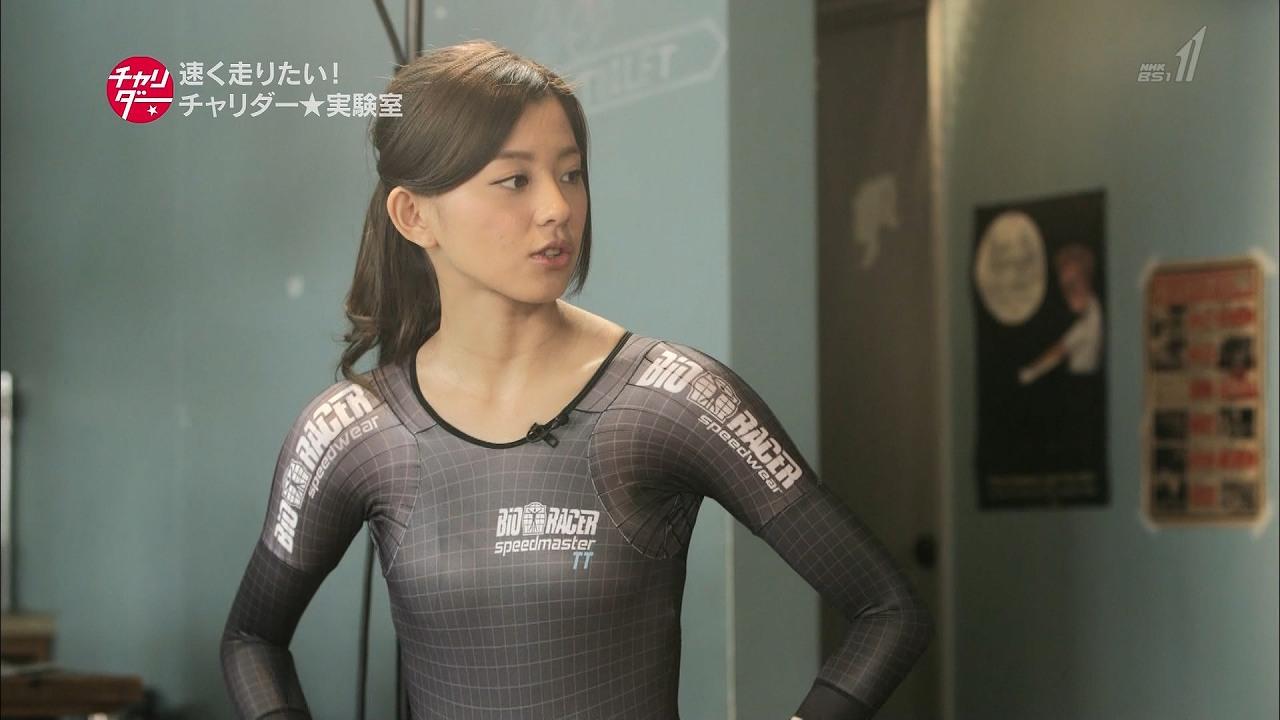 NHK「チャリダー」でウェットスーツのようなサイクリングウェアを着た朝比奈彩