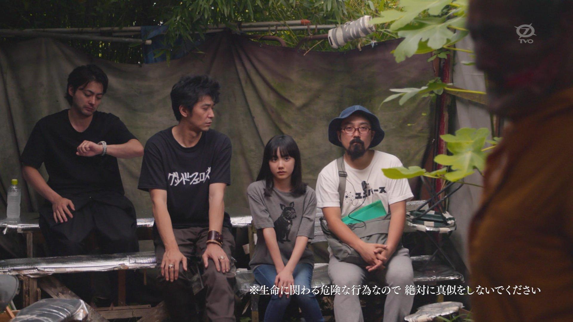 「山田孝之のカンヌ映画祭」でTシャツを着た山田孝之と芦田愛菜