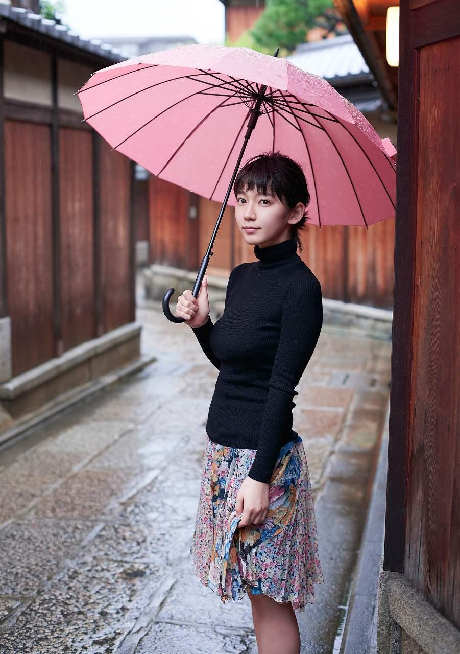 ニットを着た吉岡里帆の着衣巨乳グラビア