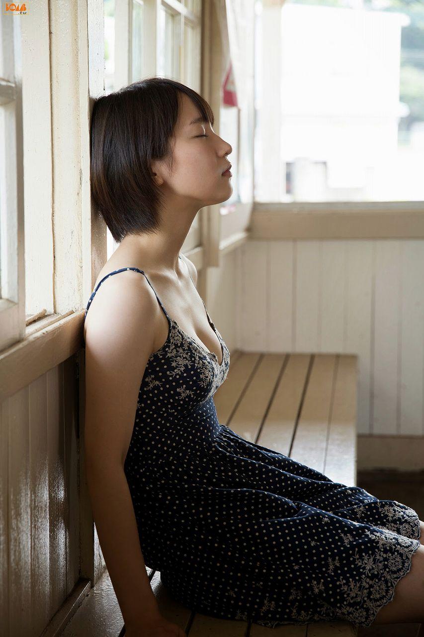 吉岡里帆の着衣巨乳グラビア