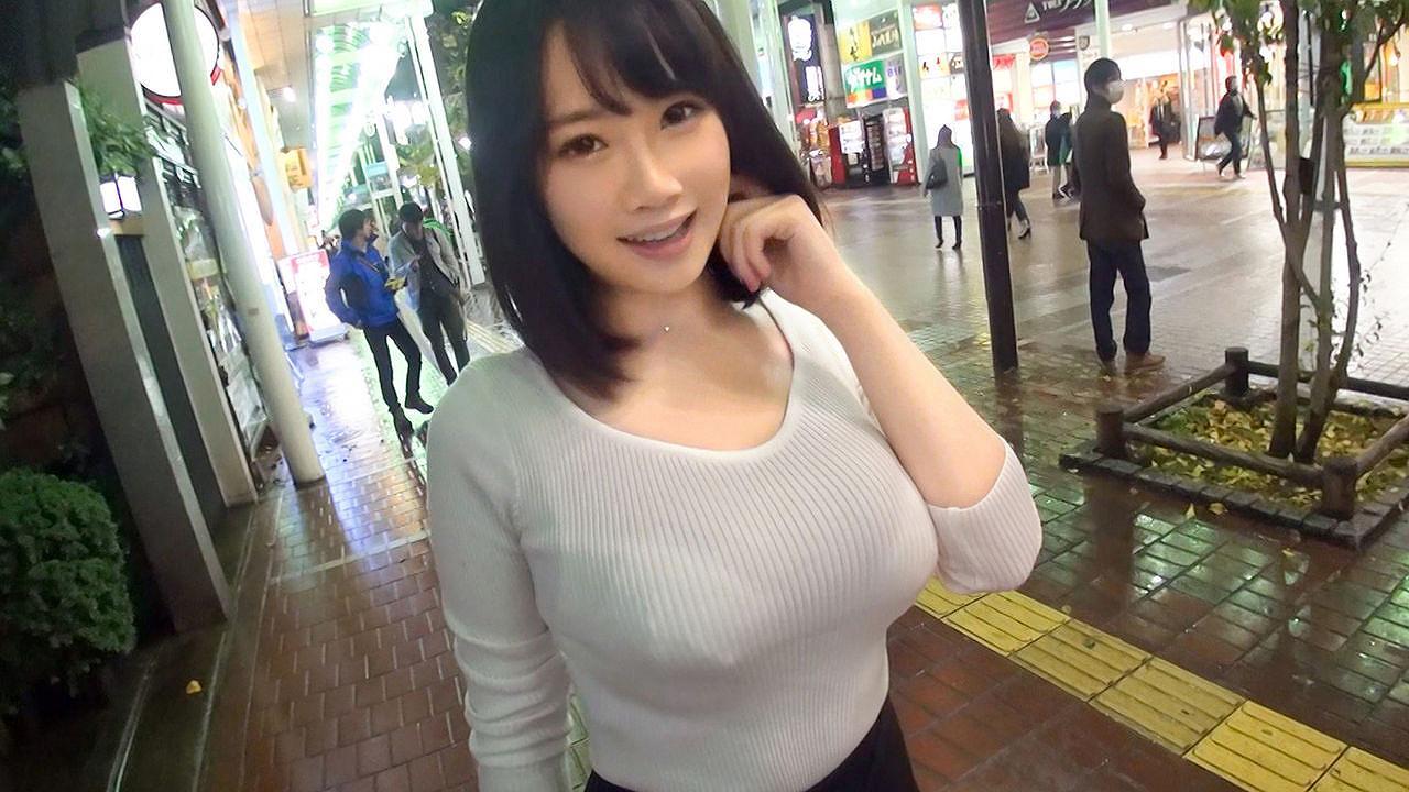 AV「仙台でナンパした激ロリルックスにぷるんぷるんの天然巨乳娘をハメどり」でニットを着た女の子の着衣巨乳