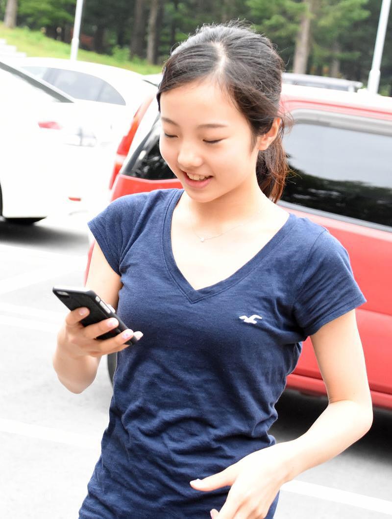 Tシャツを着た本田真凜の着衣おっぱい