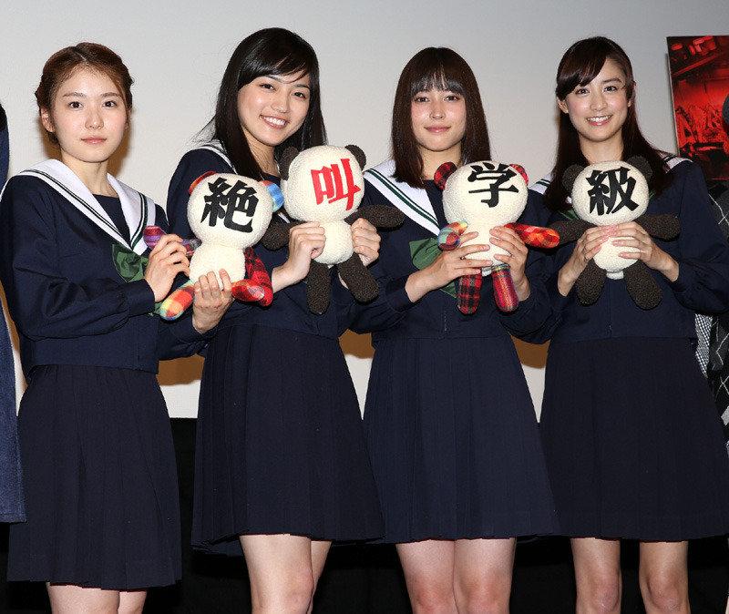 「絶叫学級」で共演した山本美月らと並んで立った川口春奈
