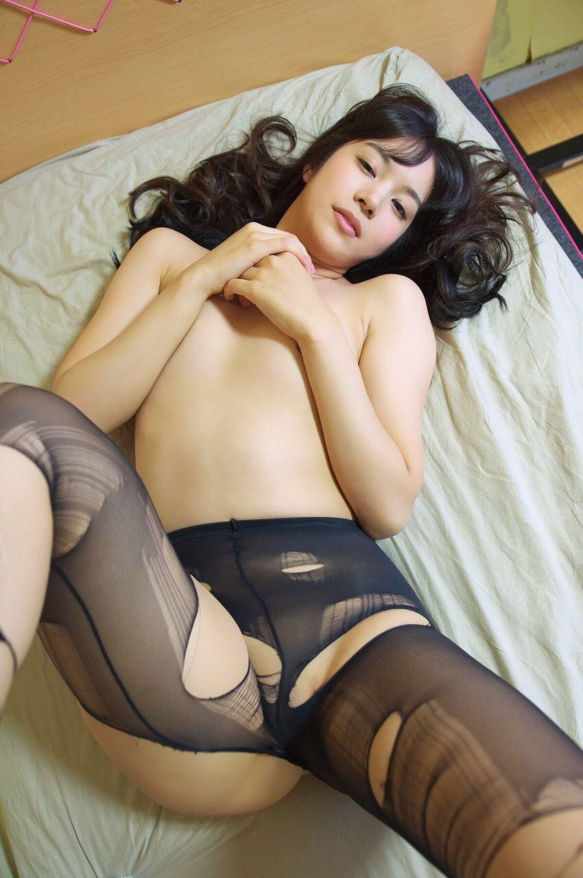 黒ストッキングを履いた夏目雅子のグラビア