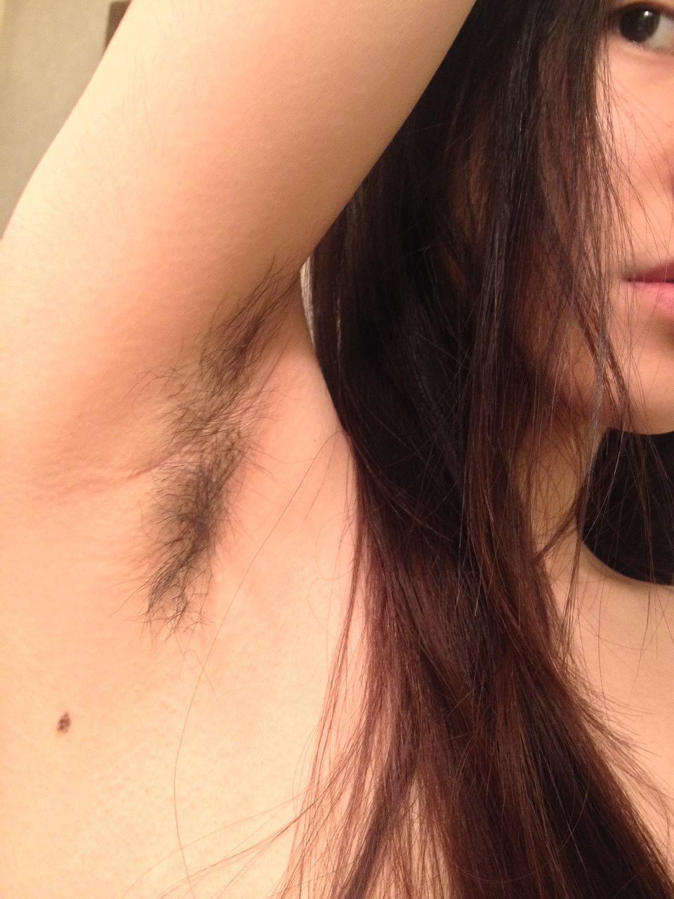 ワキ毛を伸ばしっぱなしにした女の子