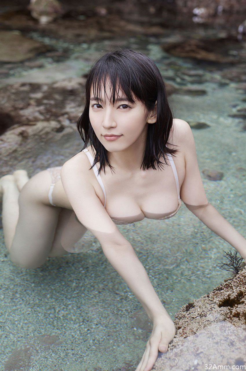 吉岡里帆の水着グラビア