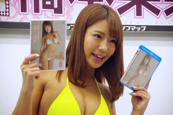 イメージDVD『恋は小麦色』の発売記念イベントでソフマップに登場した橋本梨菜