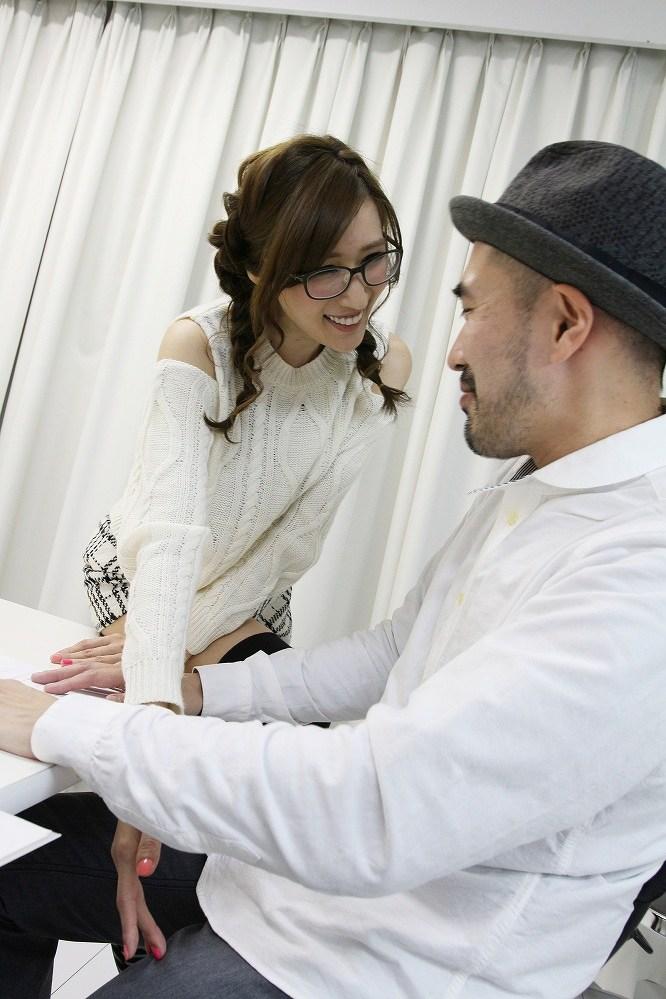 稲田朋美に似た眼鏡をかけたAV女優