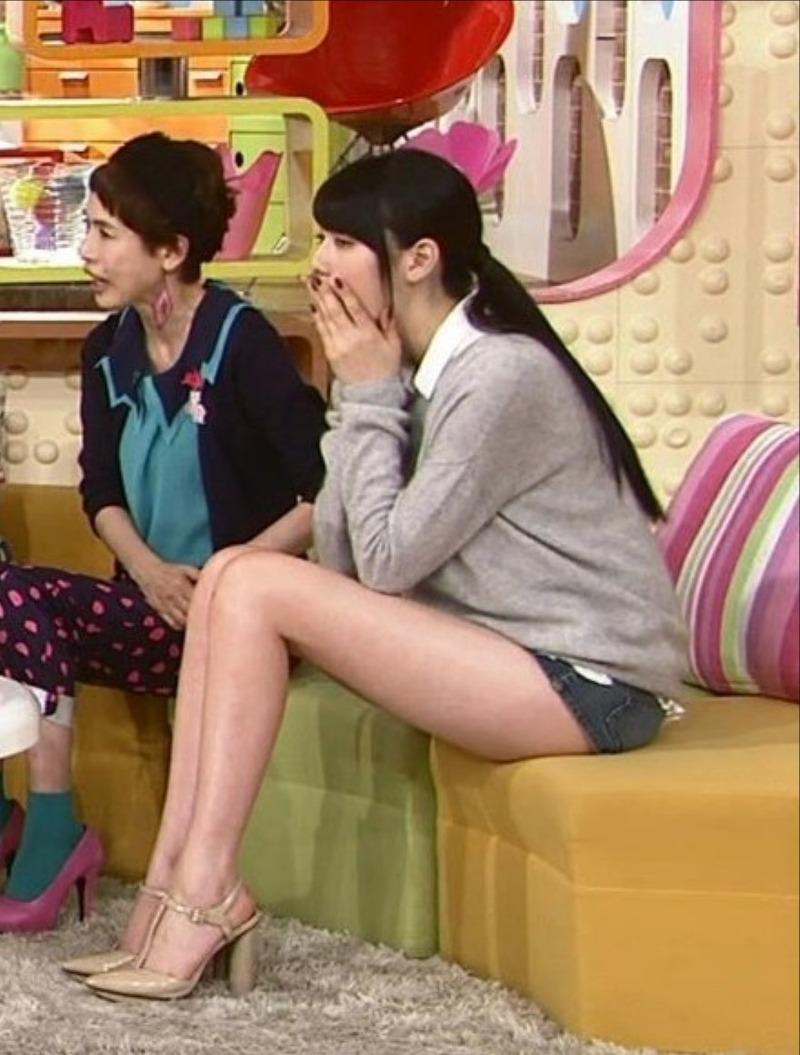 「メレンゲの気持ち」でショートパンツを履いた三吉彩花の脚