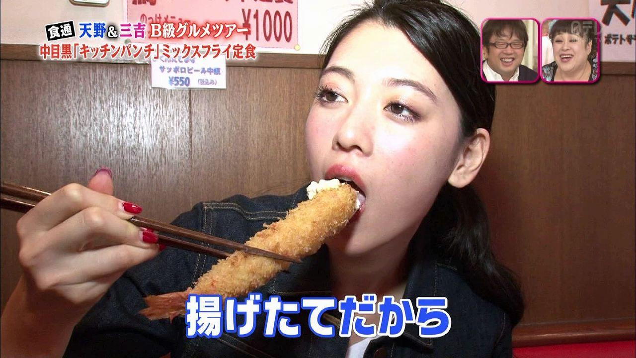 エビフライを食べる三吉彩花の疑似フェラ