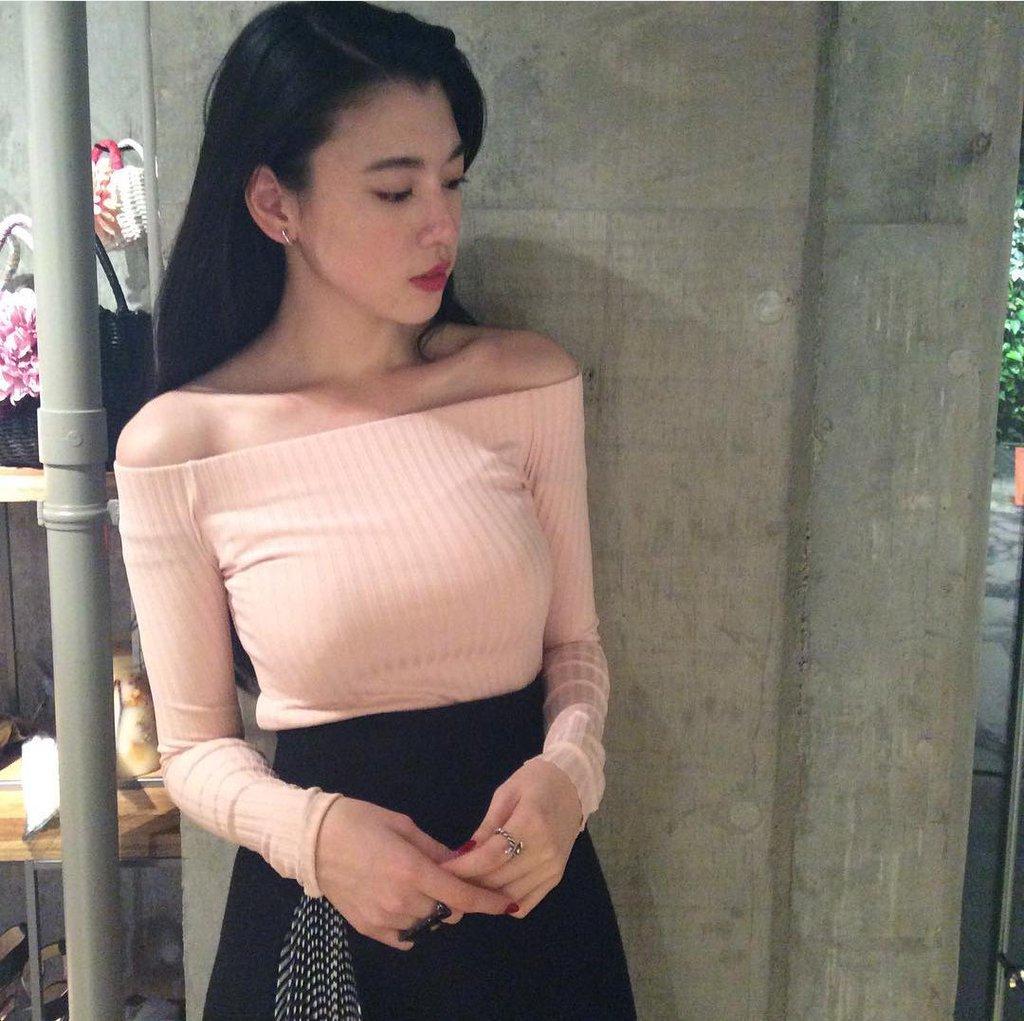 ニットを着た三吉彩花の着衣巨乳