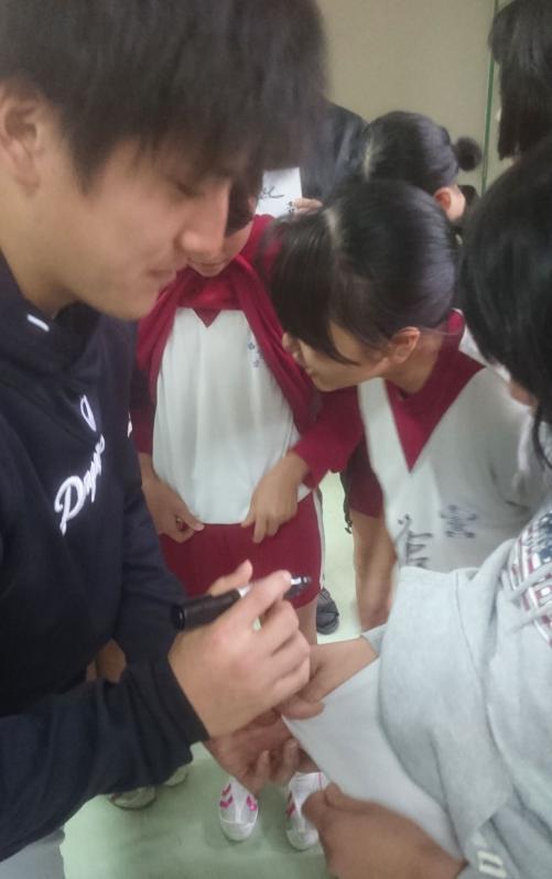 女子小学生(小6)の体操着の胸にサインをする渡辺勝外野手
