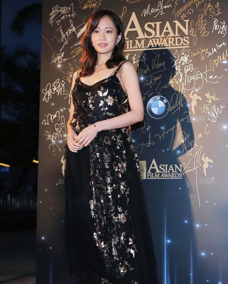 「11th Asian Film Awards」で胸元がセクシーなドレスを着た前田敦子