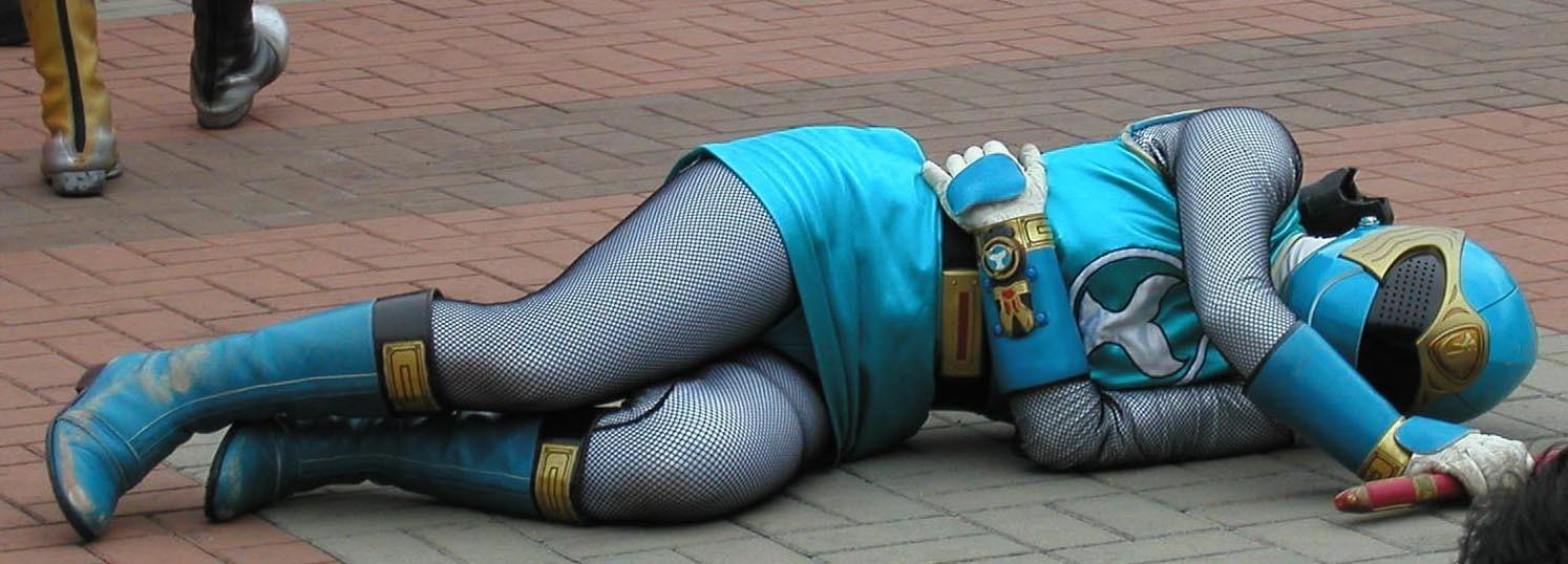 倒れてパンチラしてる「忍風戦隊ハリケンジャー」のハリケンブルー