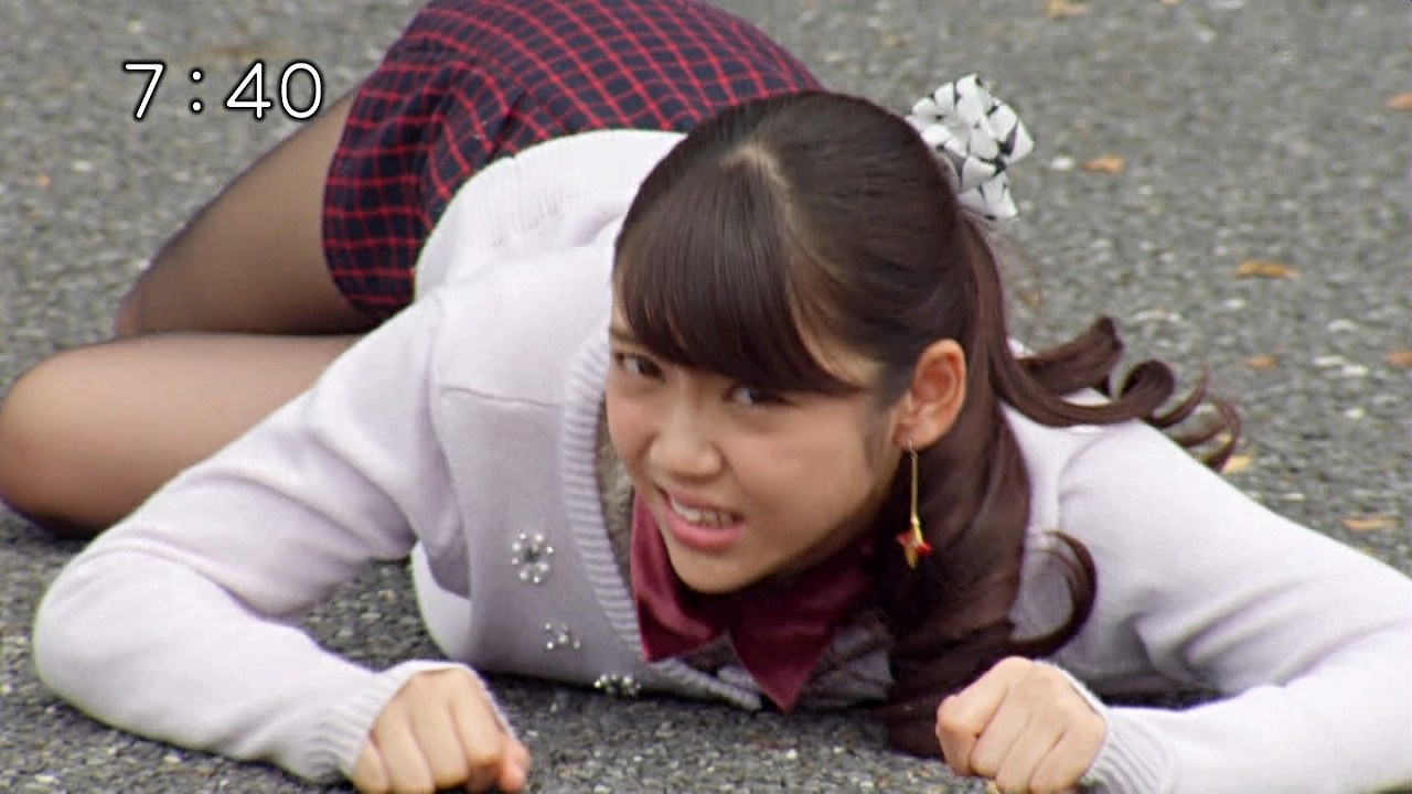 「手裏剣戦隊ニンニンジャー」で女豹のポースになるモモニンジャーの山谷花純