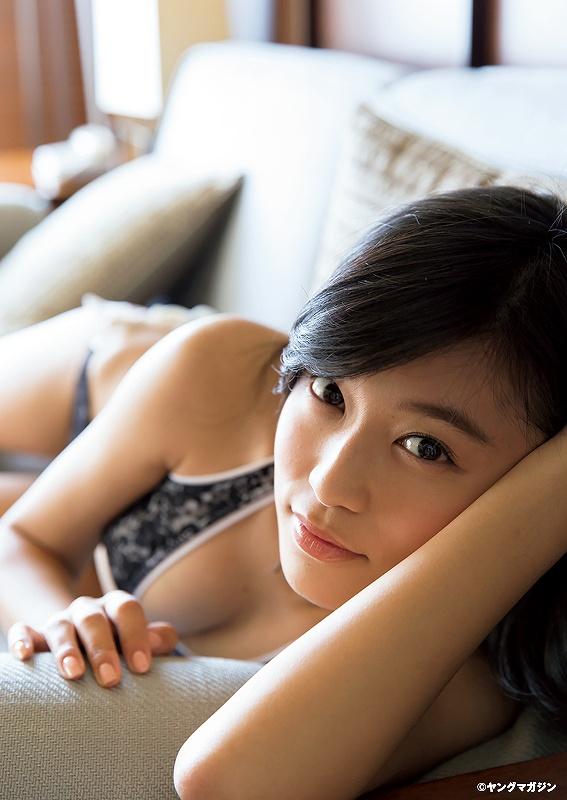 「ヤングマガジン」小島瑠璃子の水着グラビア