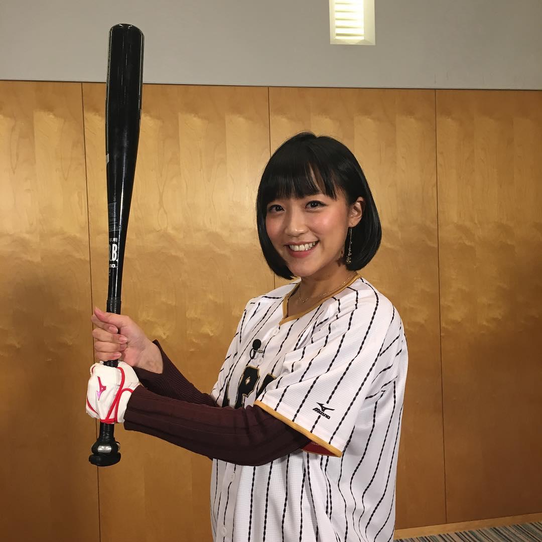 野球ユニフォームを着た竹内由恵