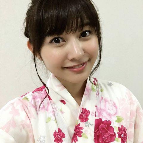 浴衣を着た久冨慶子の自撮り画像