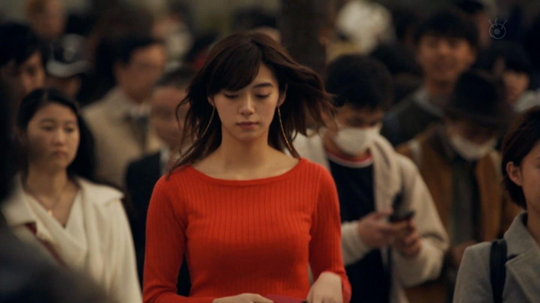 ドラマ「SHIBUYA零丁目」でニットを着た池田エライザの着衣巨乳
