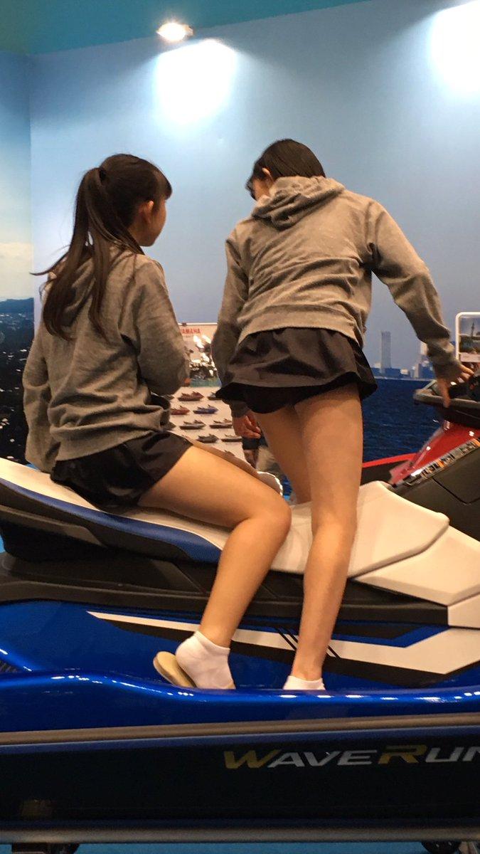 脚が丸出しの超ミニスカート衣装を着てジェットスキーにまたがるハロプロ研修生たち