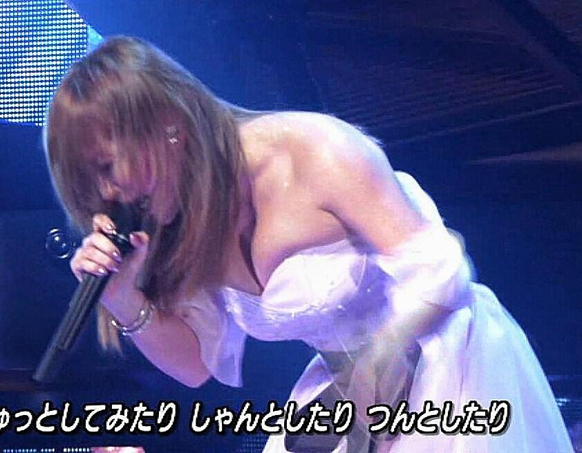 3月31日「ミュージックステーション」、セクシードレスでかがんだ浜崎あゆみのおっぱい