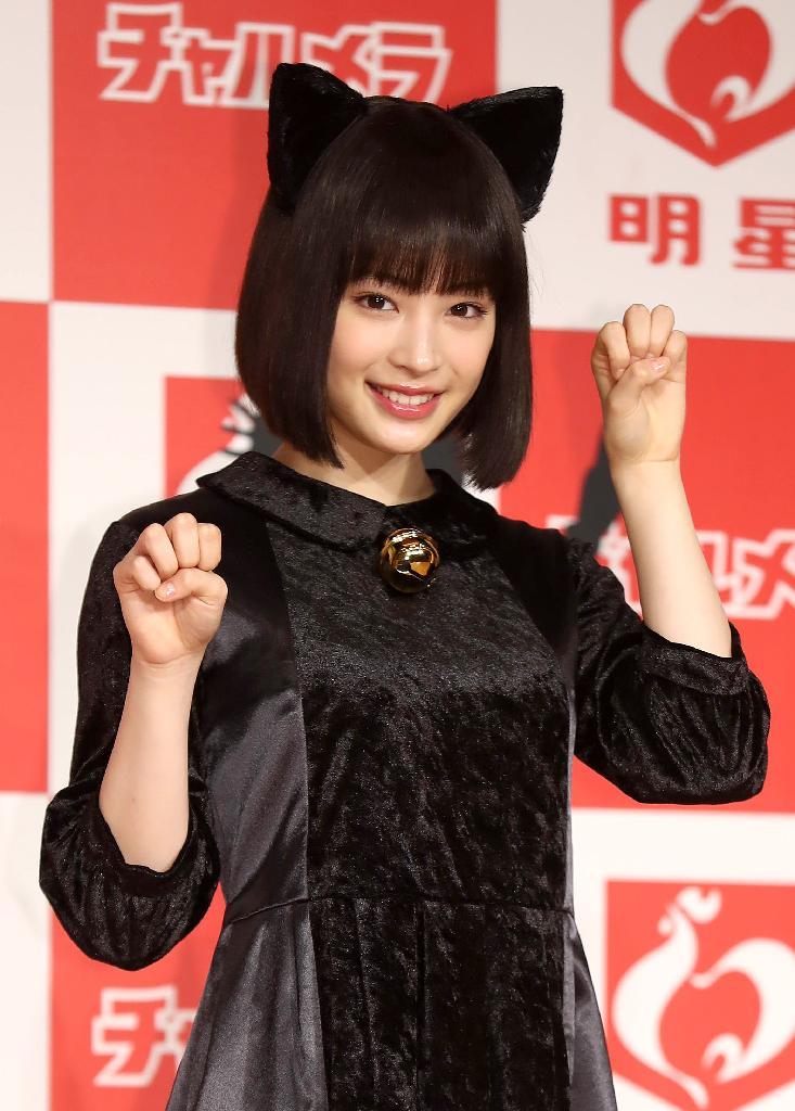 明星「チャルメラ」の新CM発表会に猫耳を付けて登場した広瀬すずの着衣おっぱい