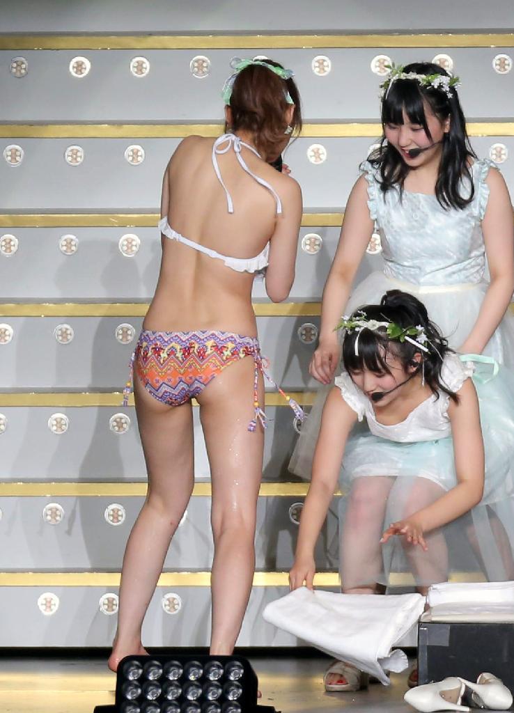 『春の関東 ツアー2017~本気のアイドルを見せてやる~』指原莉乃の熱湯風呂の時にかがんでおっぱいポロリしている矢吹奈子