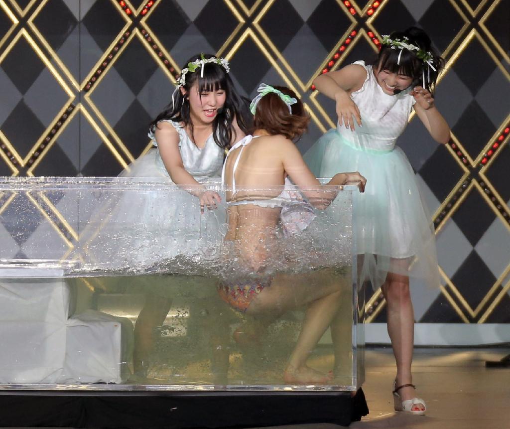 『春の関東 ツアー2017~本気のアイドルを見せてやる~』で選挙公約の熱湯風呂に挑戦する指原莉乃とサポートの田中美久、矢吹奈子