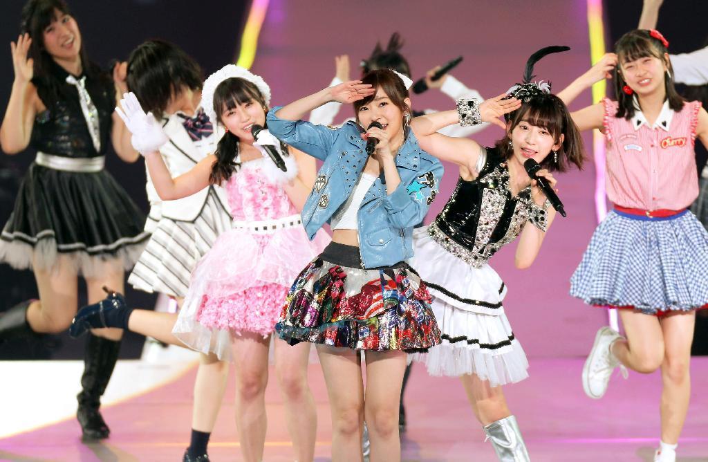 『春の関東 ツアー2017~本気のアイドルを見せてやる~』で歌う指原莉乃とHKT48メンバー