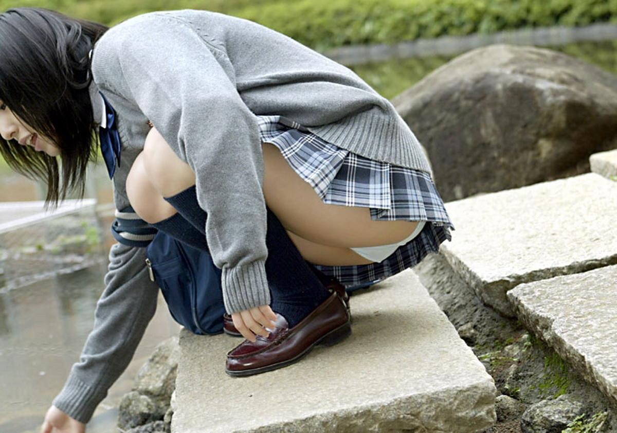 スカートでしゃがんでしゃがみパンチラしている女の子