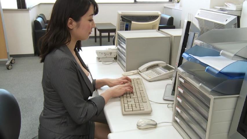 紺野栞のDVD「恋の栞」キャプチャ画像(OLスーツを着た紺野栞)