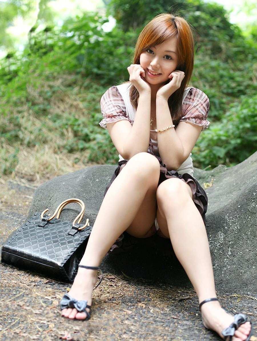 スカートで座ってパンチラしてる女の子