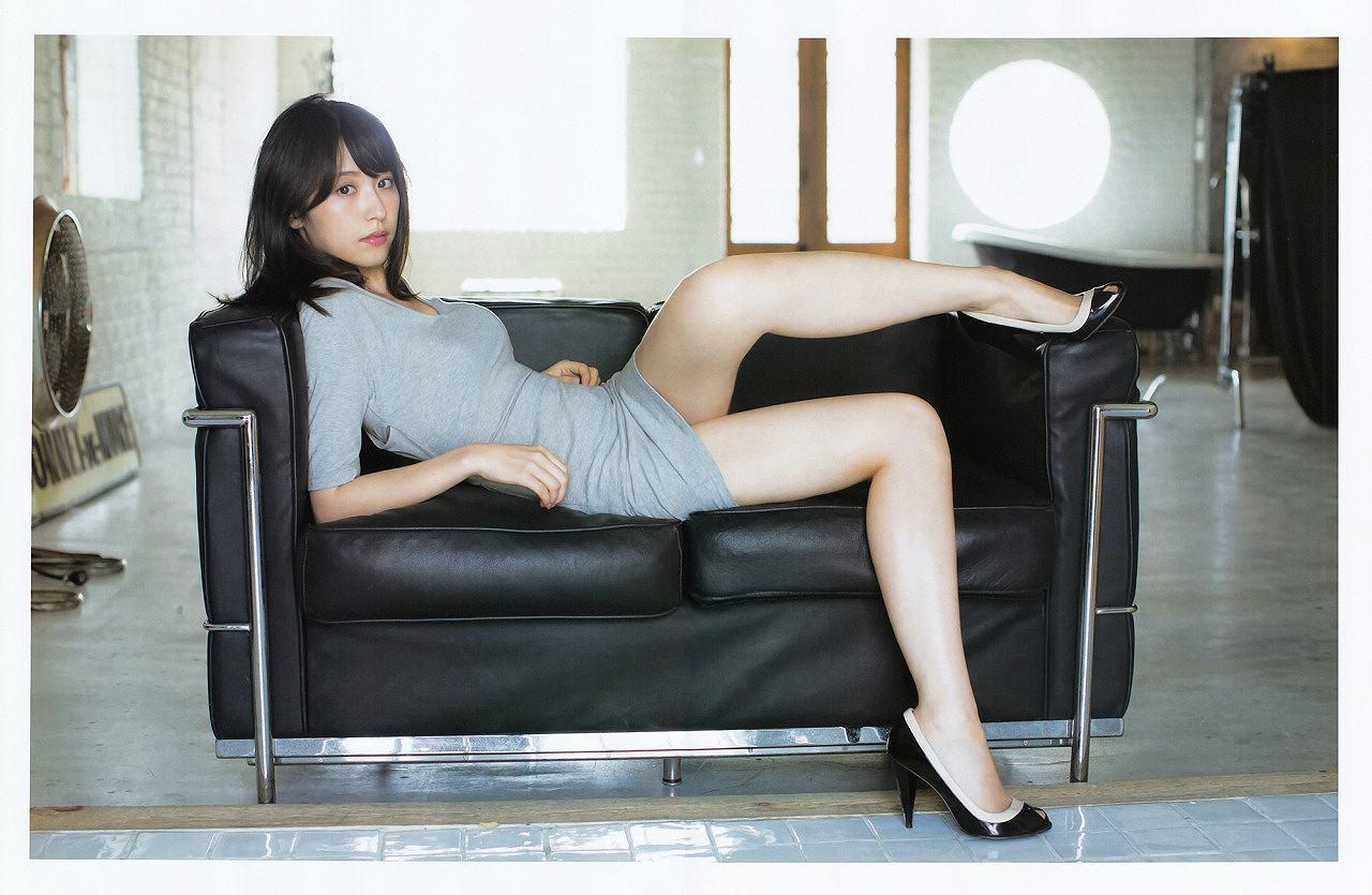 衛藤美彩のミニスカ太ももグラビア