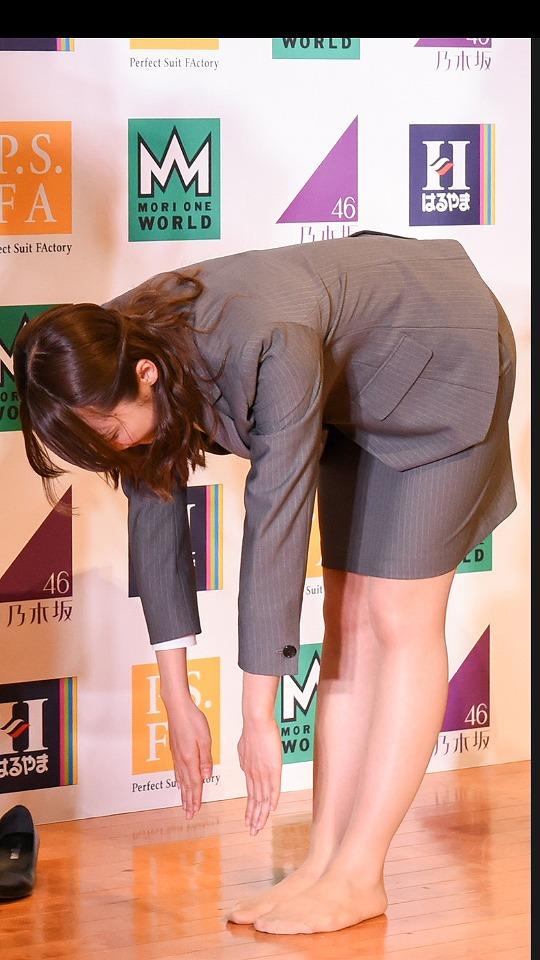 OL見たいなタイトスカートスーツを着て前屈する衛藤美彩