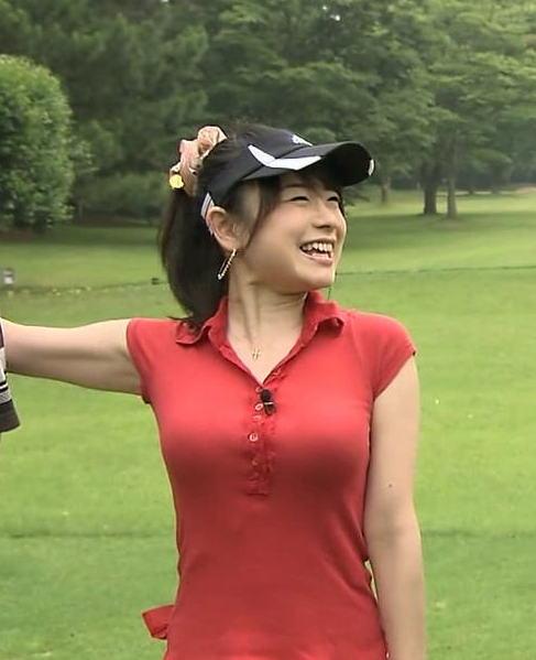 ポロシャツを着てゴルフをするTVQ九州放送・立花麻理アナの着衣巨乳