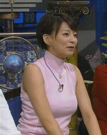 番組出演でニットを着た柴田倫世アナの着衣爆乳