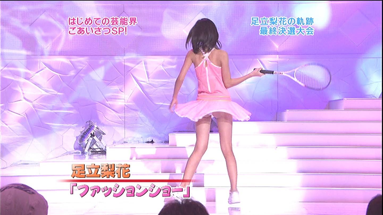 テニスウェアのミニスカートがめくれてパンツの食い込んだお尻が見えてる足立梨花