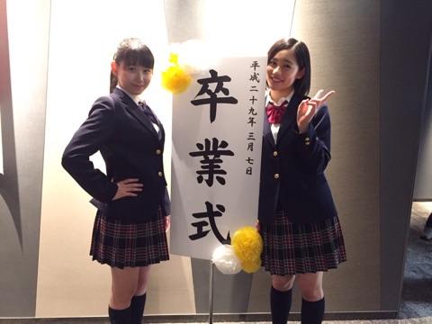 中学の制服を着たアンジュルムの笠原桃奈と佐々木莉佳子