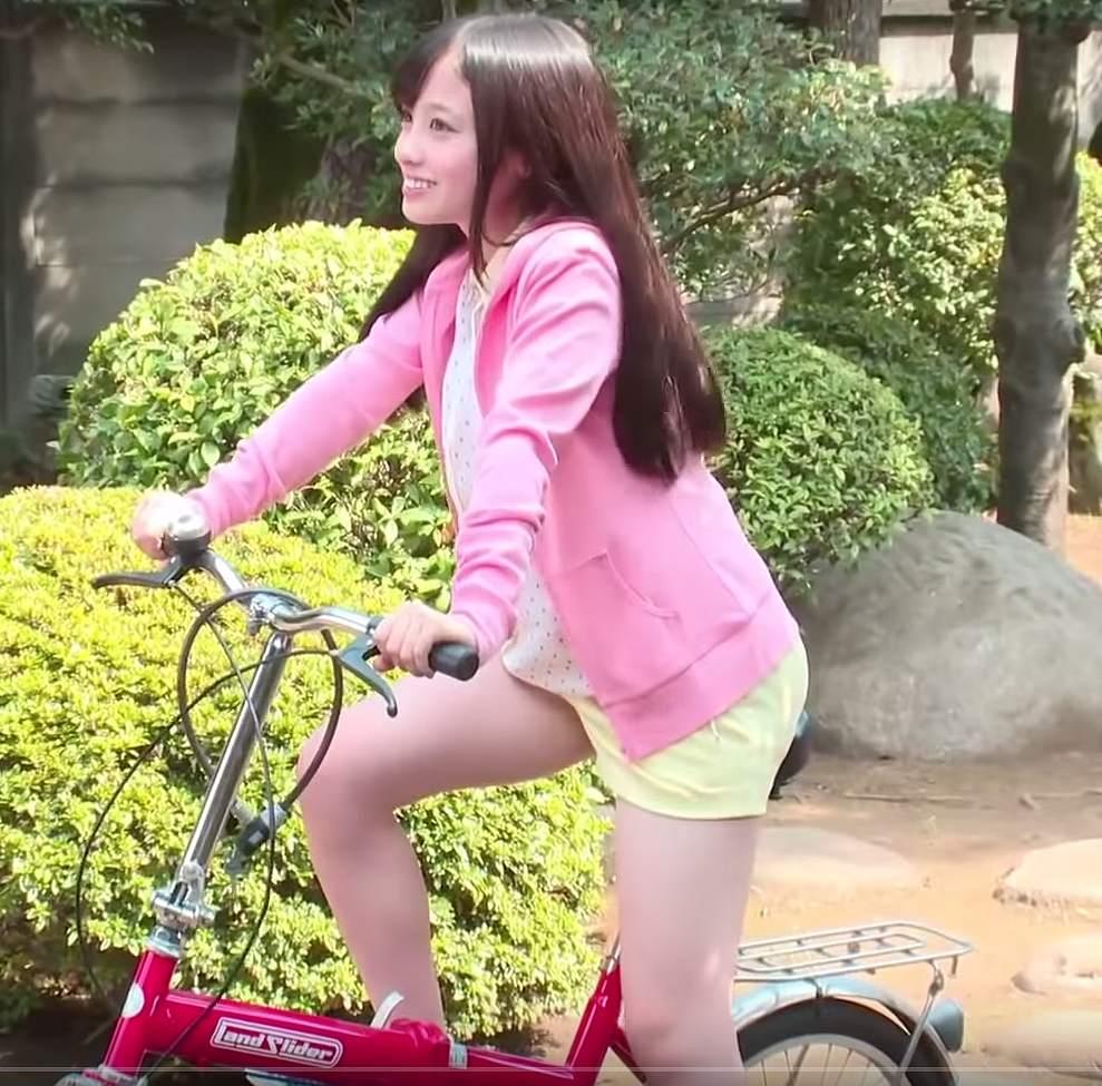 ショートパンツを履いて自転車にまたがった橋本環奈の太もも