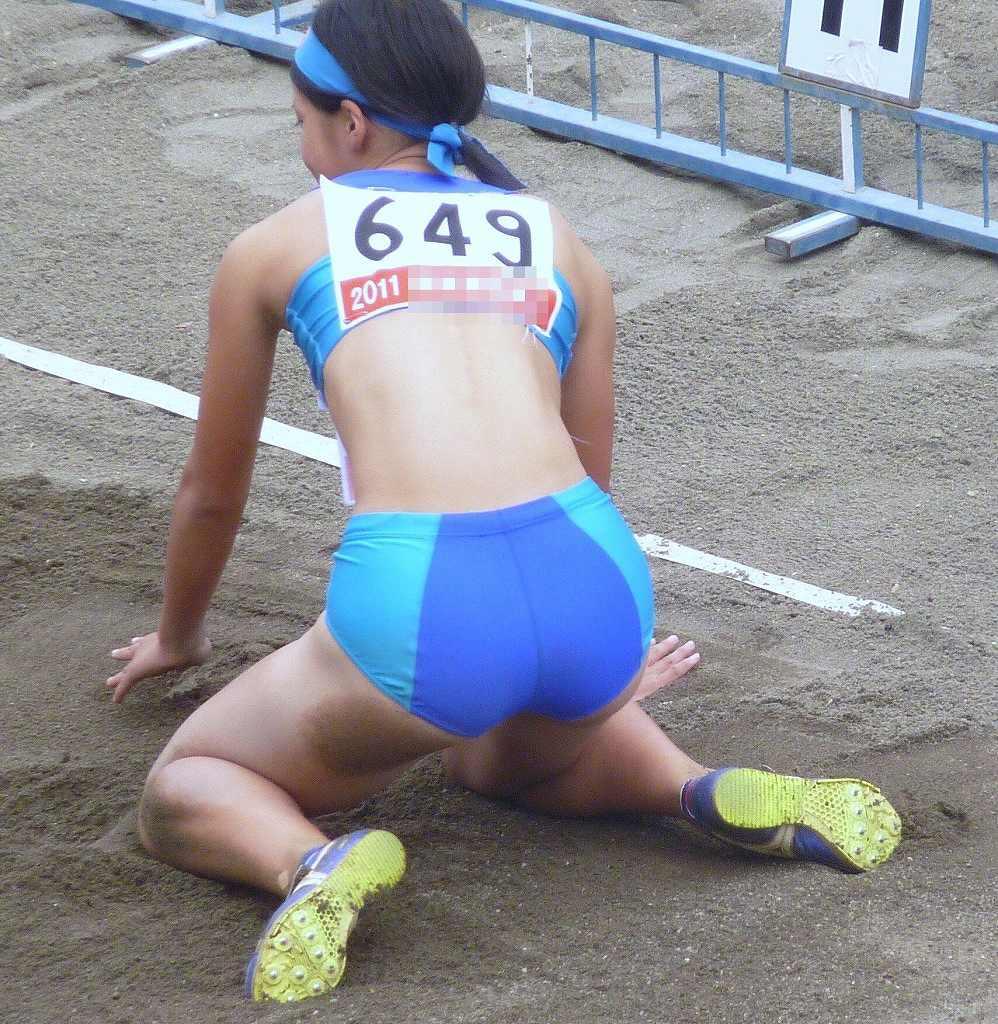 ピチピチの陸上ユニフォームを着てしゃがんだ女子選手のケツ