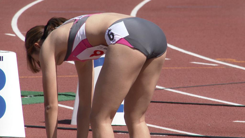 ピチピチの陸上ユニフォームで前かがみになった女子選手のお尻