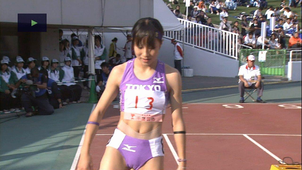 ピチピチの極小ユニフォームを着た女子陸上選手のマンスジ