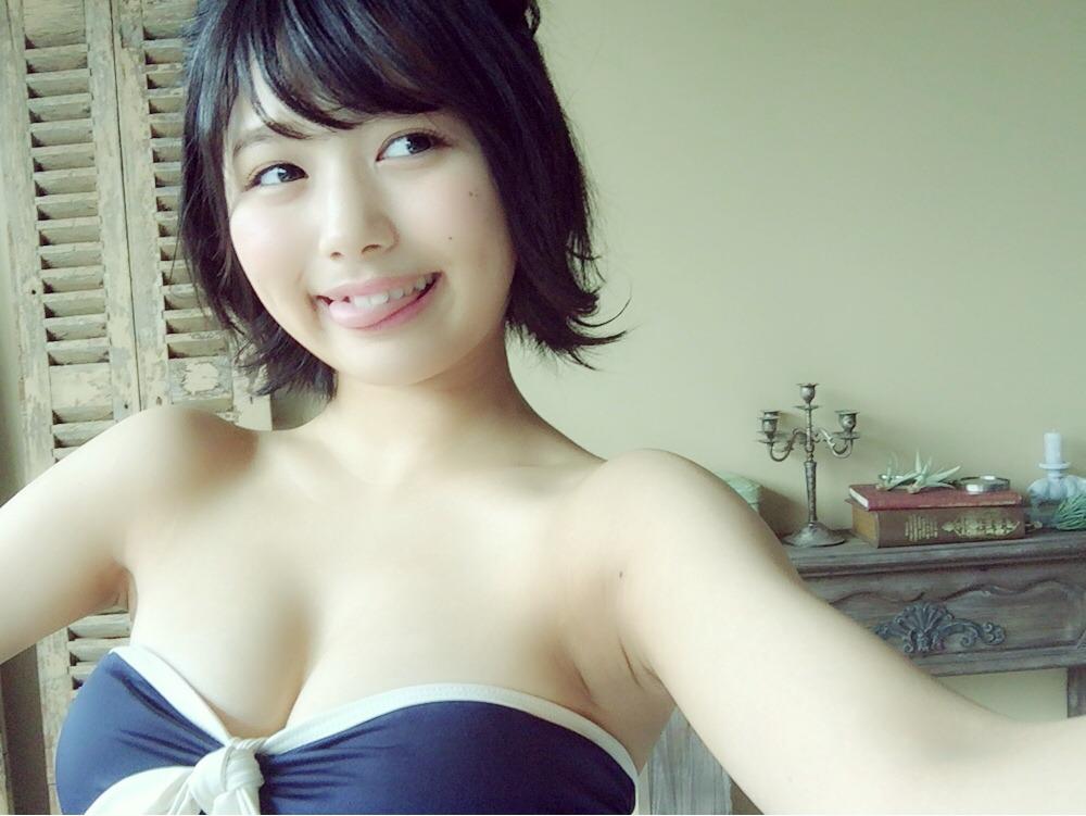 ビキニの水着を着た北野瑠華の自撮り画像