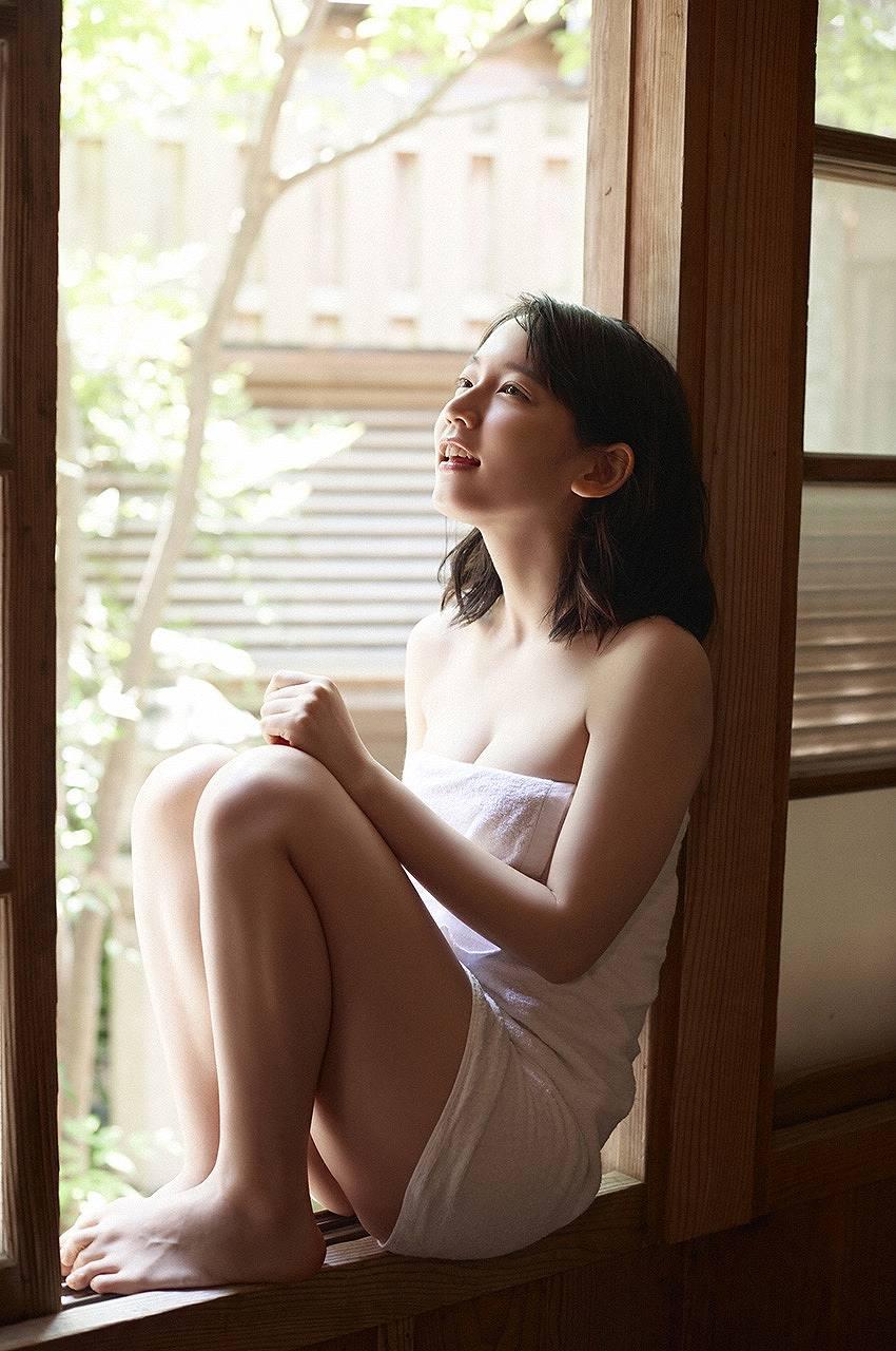 バスタオル一枚をまとった吉岡里帆の入浴グラビア