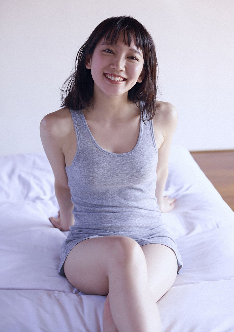 タンクトップを着た吉岡里帆の着衣巨乳グラビア